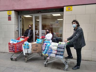 Repartim 800 kg de bolquers a 150 famílies del barri