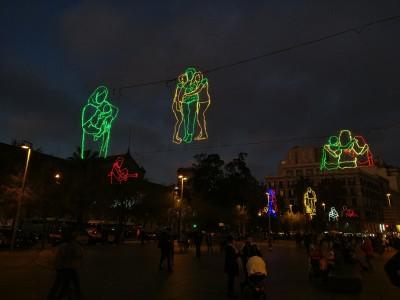 El projecte #RavalKm0 il·lumina per primera vegada la Plaça Universitat per Nadal