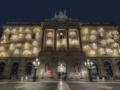 #RavalKm0 surt del Raval i il·lumina la façana de l'Ajuntament de Barcelona durant el Nadal