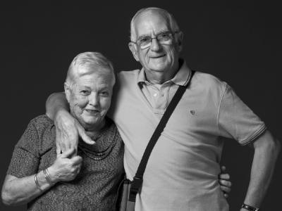 María i Martí, matrimoni veí del barri, n'estimen la seva gent, els seus carrers i la vida que s'hi respira.